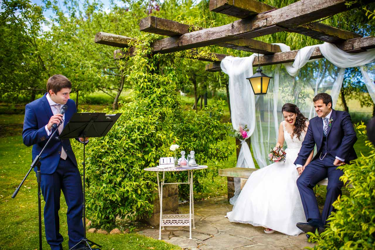 el hermano del novio lee en la ceremonia en una boda en bekoerrota