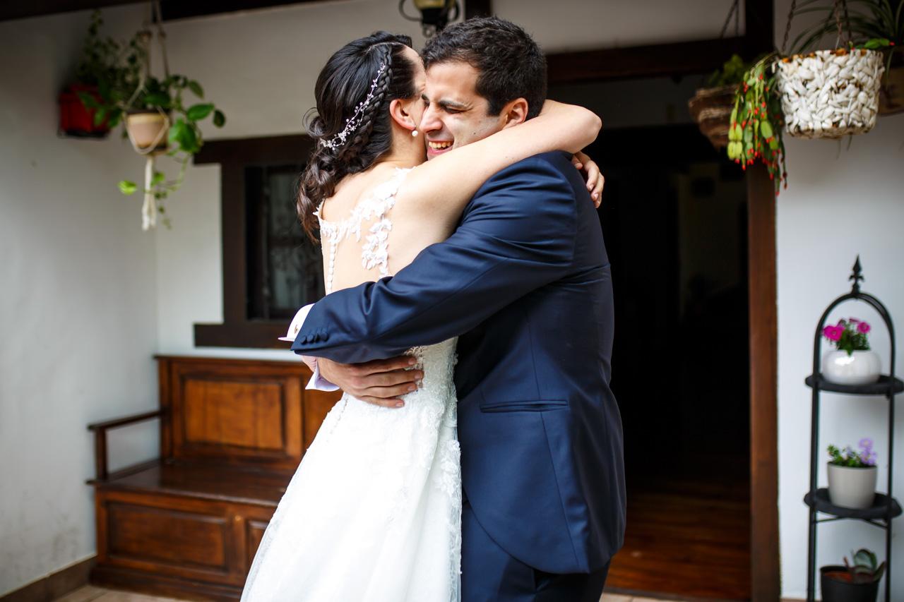los novios se abrazan por primera vez en una boda en bekoerrota