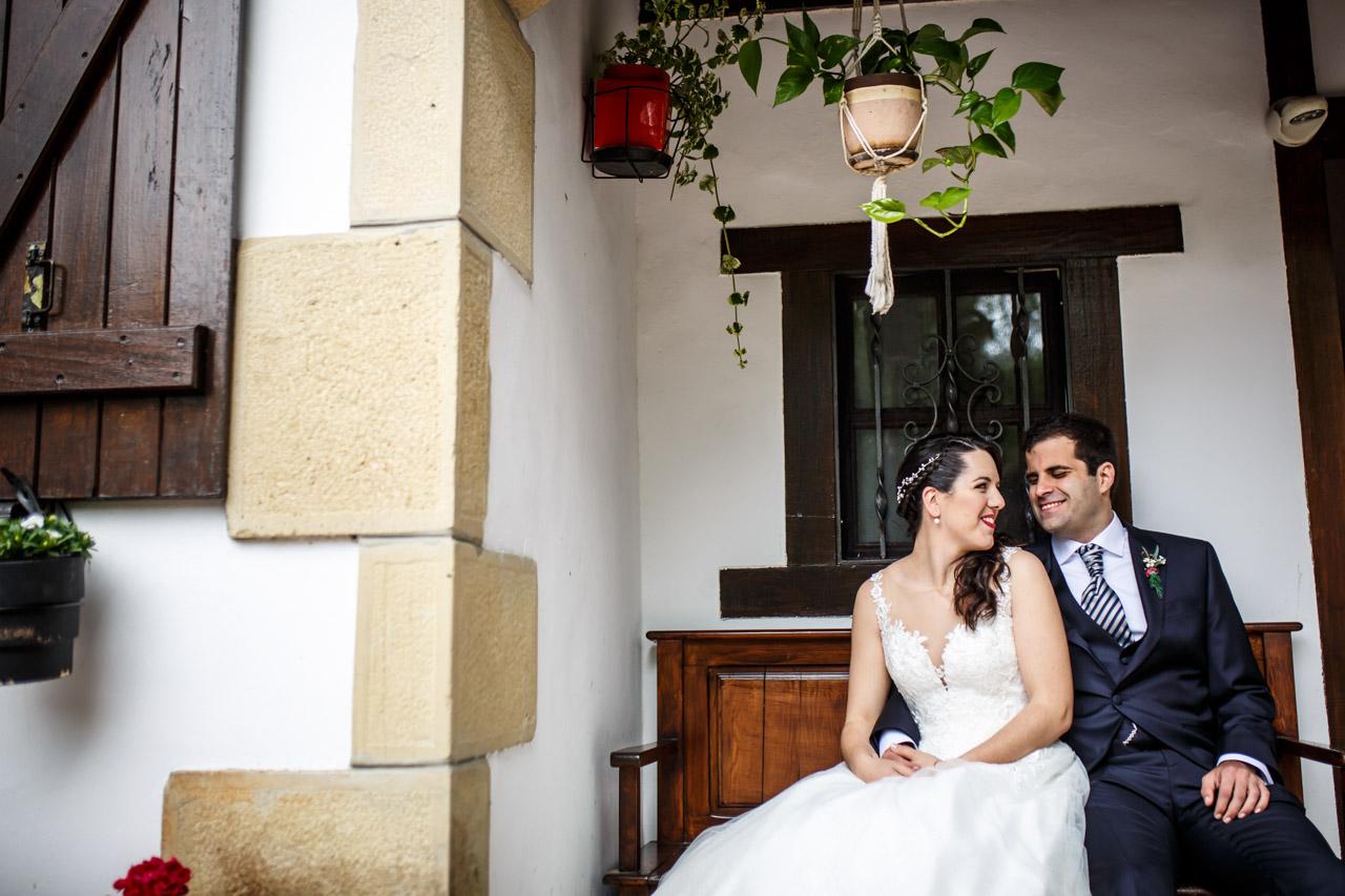 los novios sentados en la entrada de casa de la novia en una boda en bekoerrota