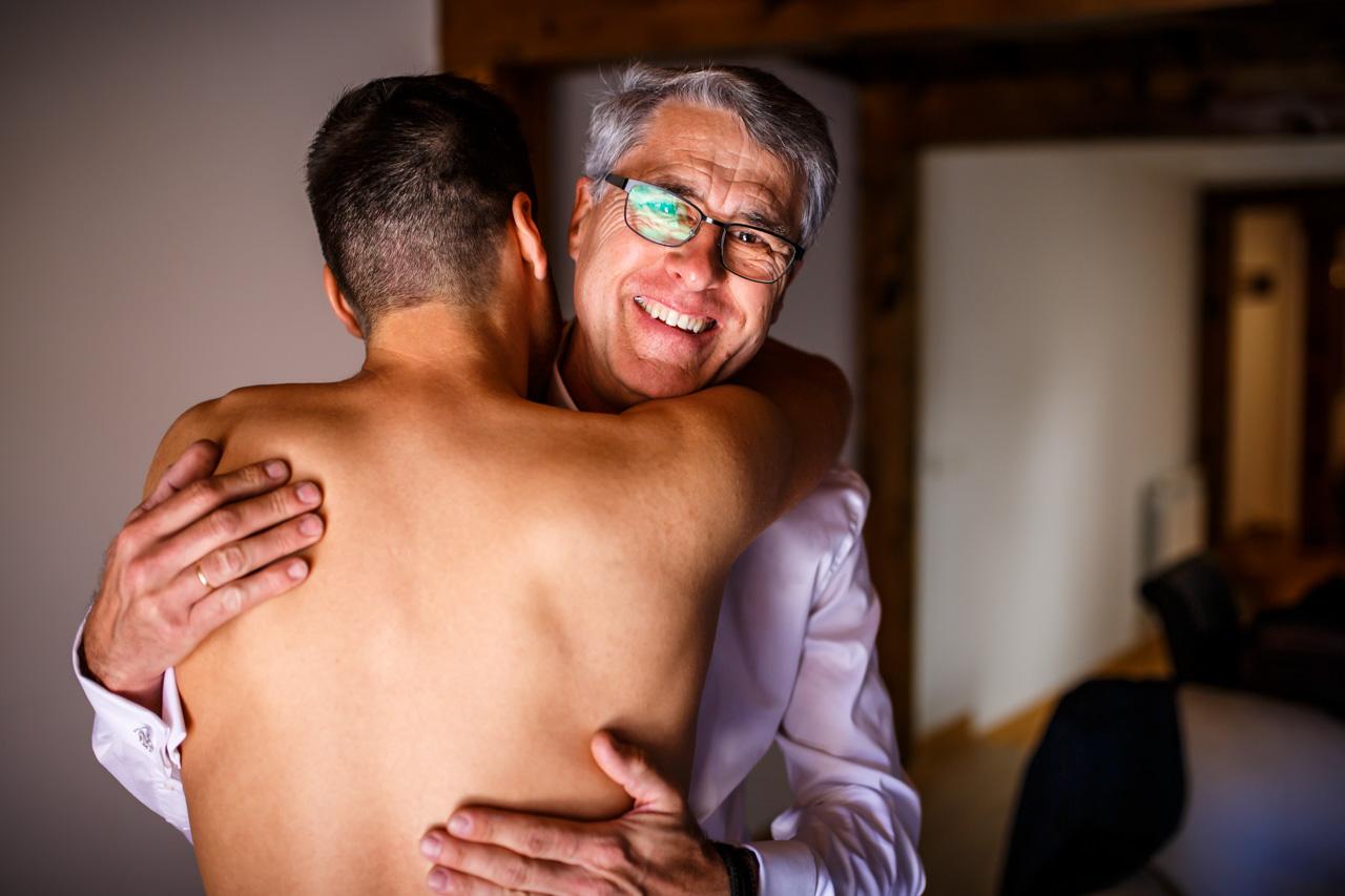 el novio se abraza con su padre en una boda en soria