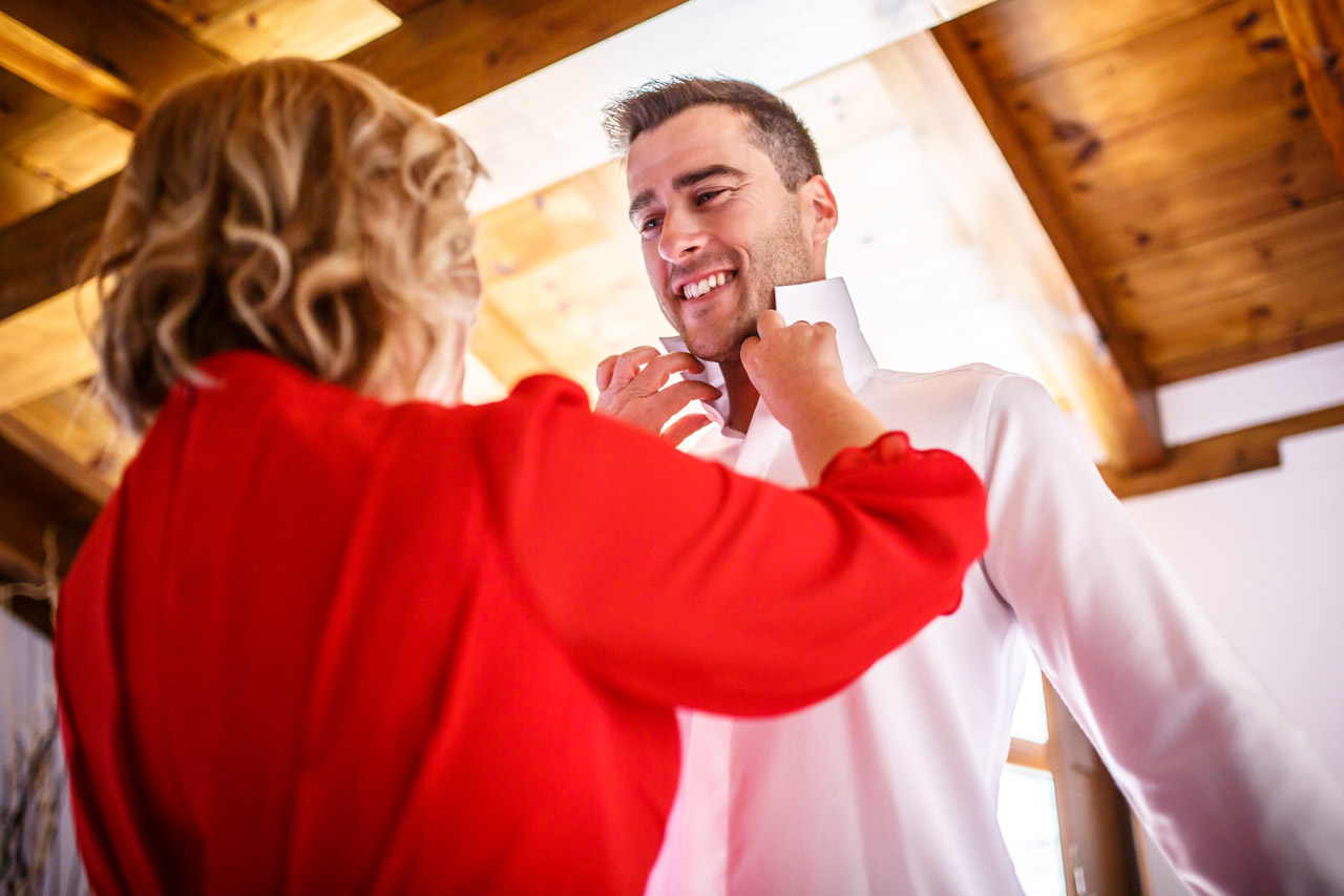 la madre atando la camisa al novio en una boda en soria