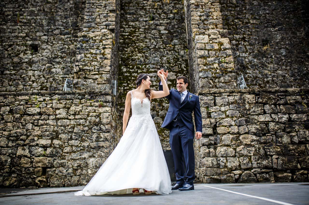 los novios bailando durante el reportaje en una boda en bekoerrota