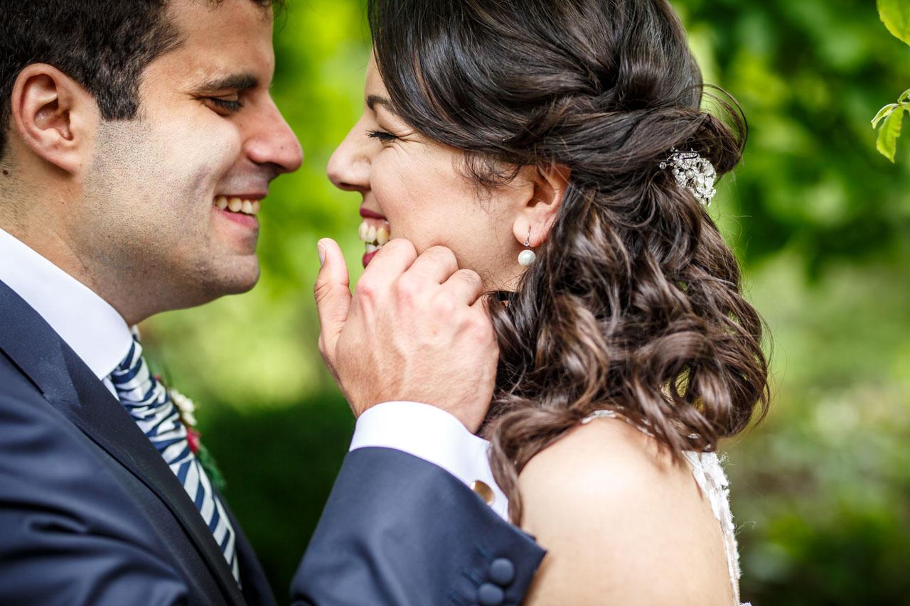 el novio acaricia a la novia durante el reportaje en una boda en bekoerrota