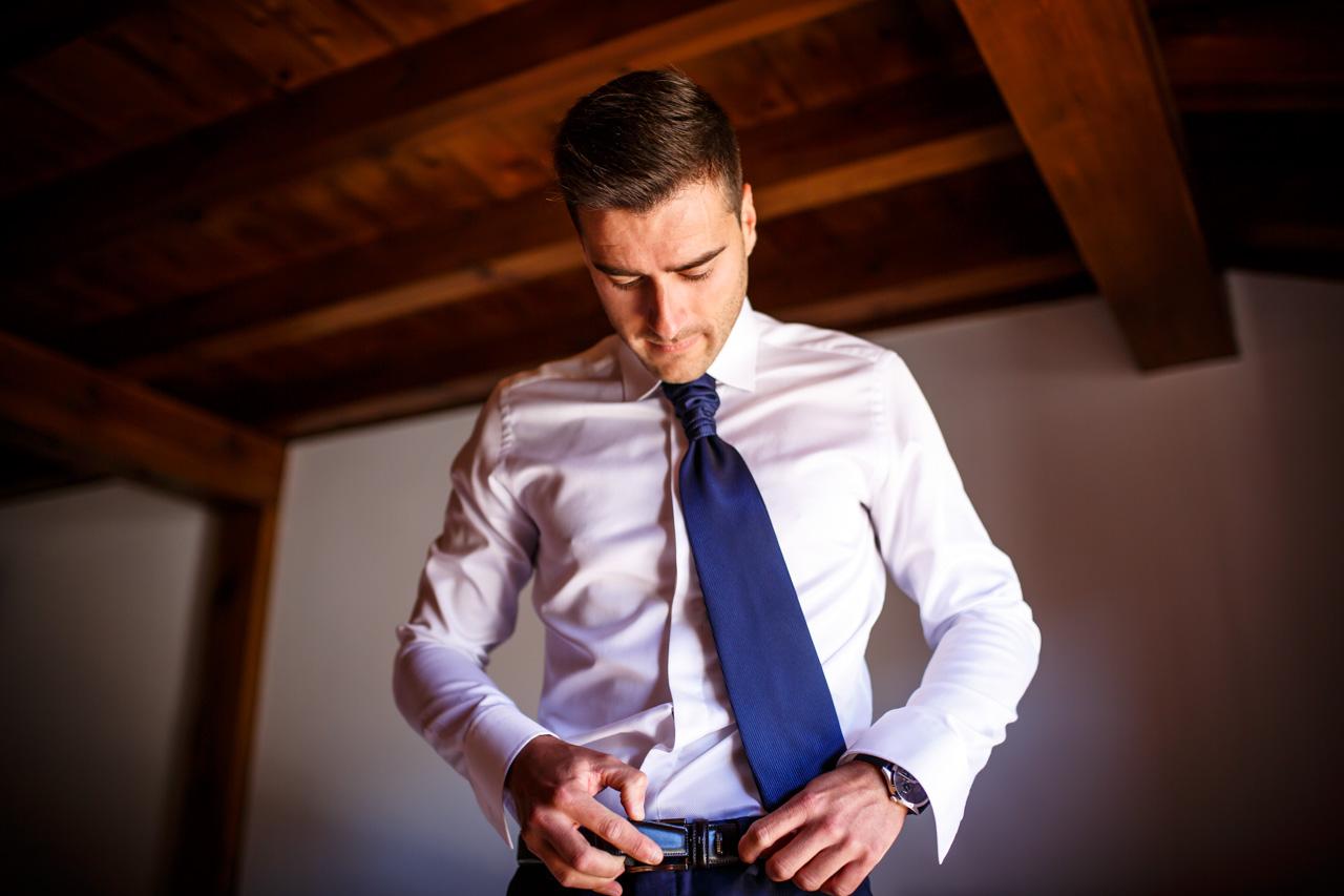 el novio se ata el cinturón en una boda en soria