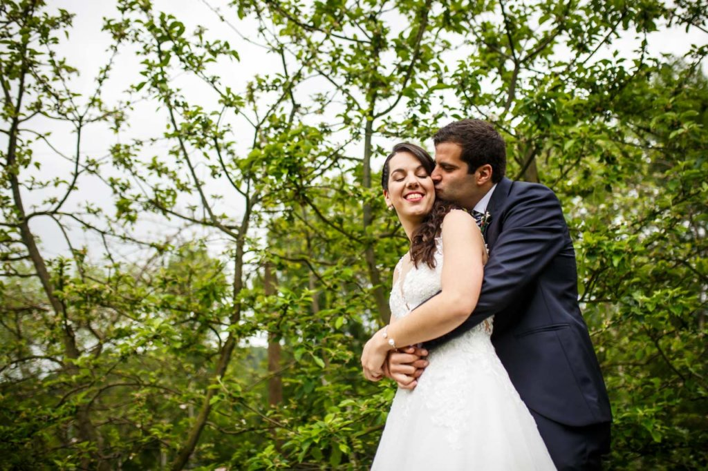 el novio besa a la novia durante el reportaje en una boda en bekoerrota