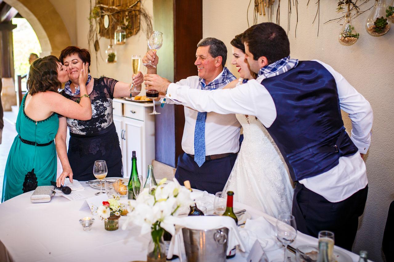 los novios brindan con la madre de la novia en una boda en bekoerrota
