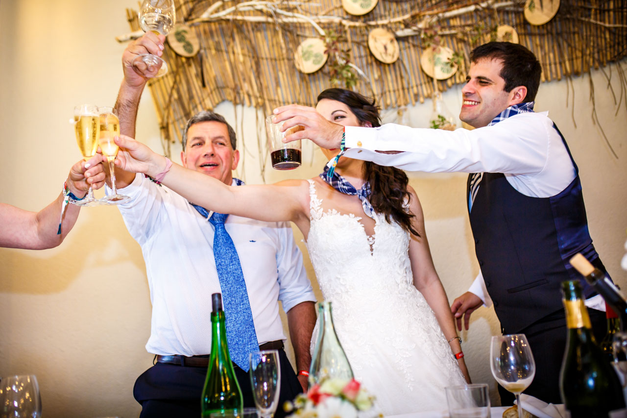 los novios brindan en la mesa presidencial en una boda en bekoerrota