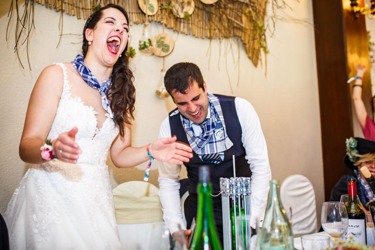 los novios sorprendidos al ver el regalo de sus amigos en una boda en bekoerrota