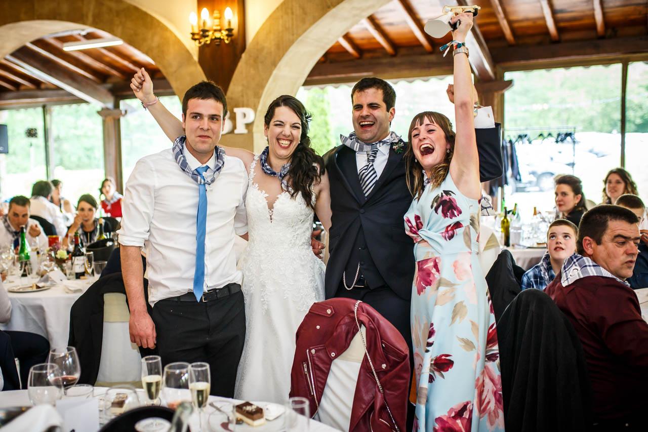 los novios entregan los muñecos de la tarta en una boda en bekoerrota