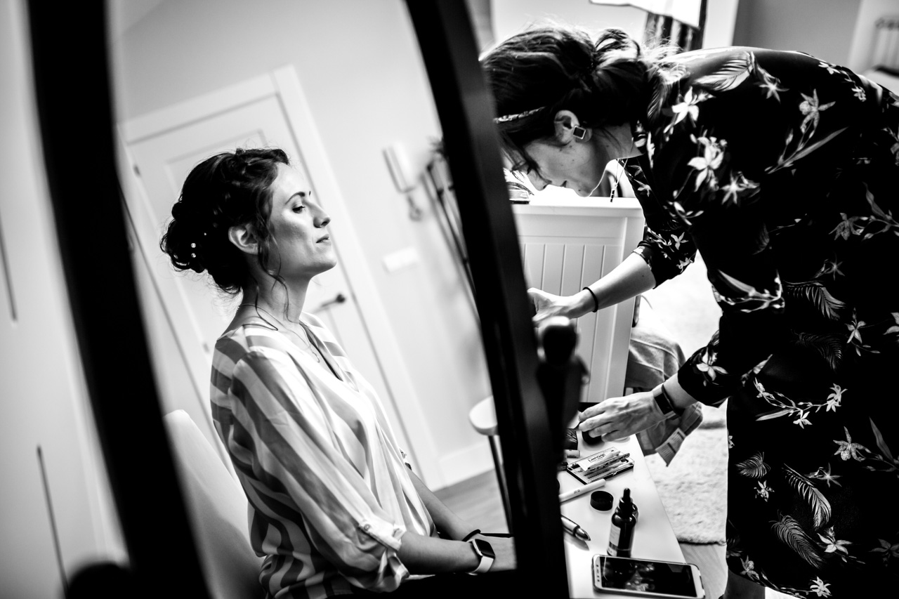 la novia mientras le maquillan en una boda en soria