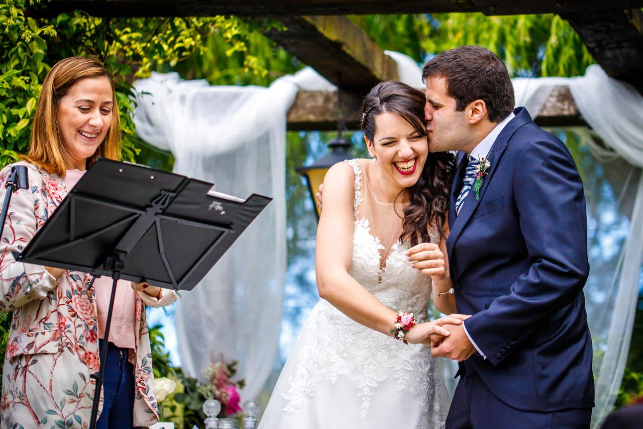 el novio besa a la novia en una boda en bekoerrota