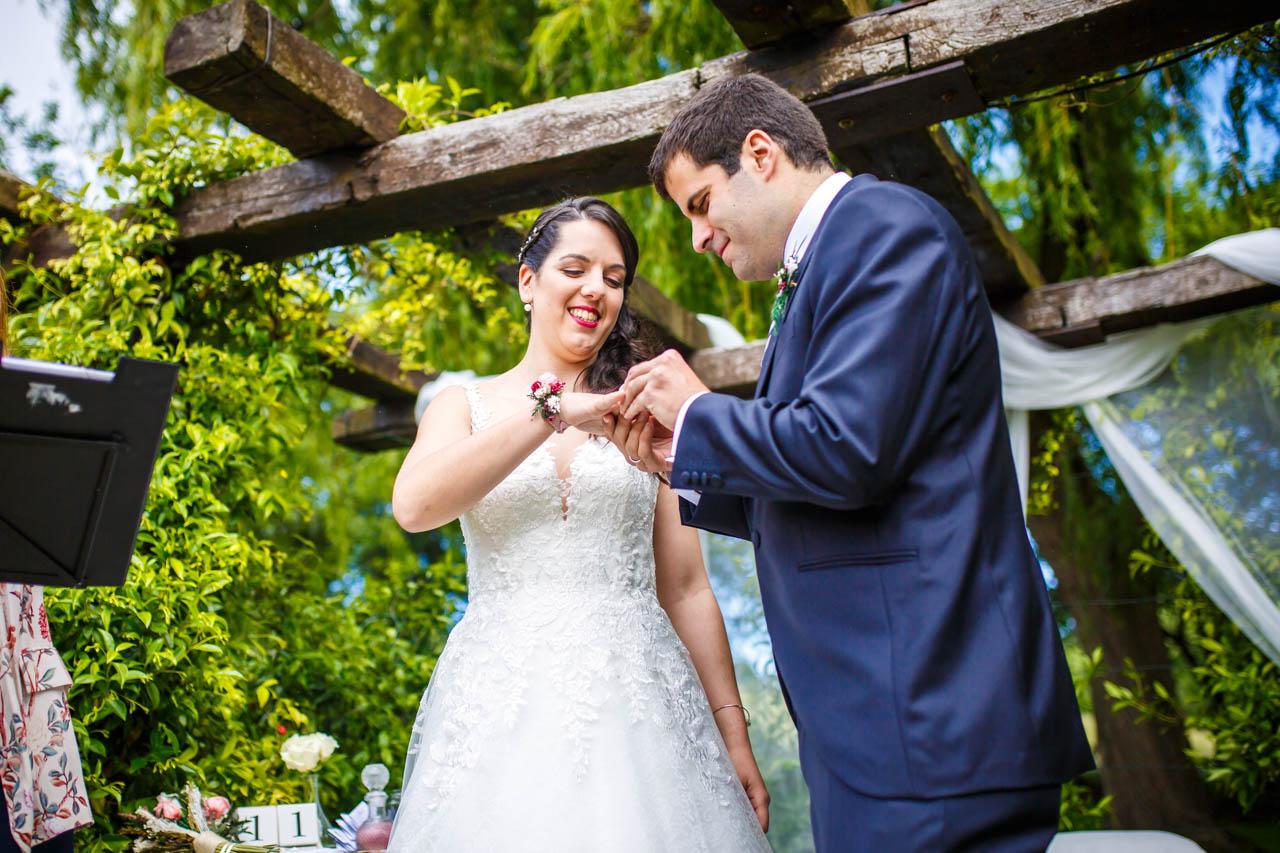 el novio pone el anillo a la novia en una boda en bekoerrota