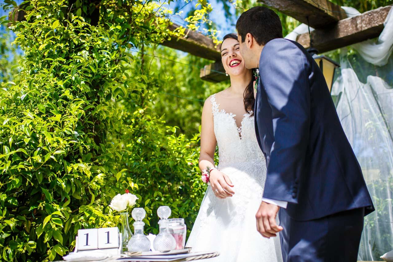 el novio besa a la novia durante la ceremonia en una boda en bekoerrota