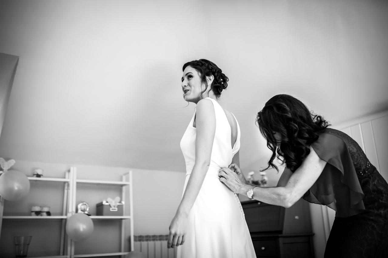 últimos botones del vestido de la novia en una boda en soria