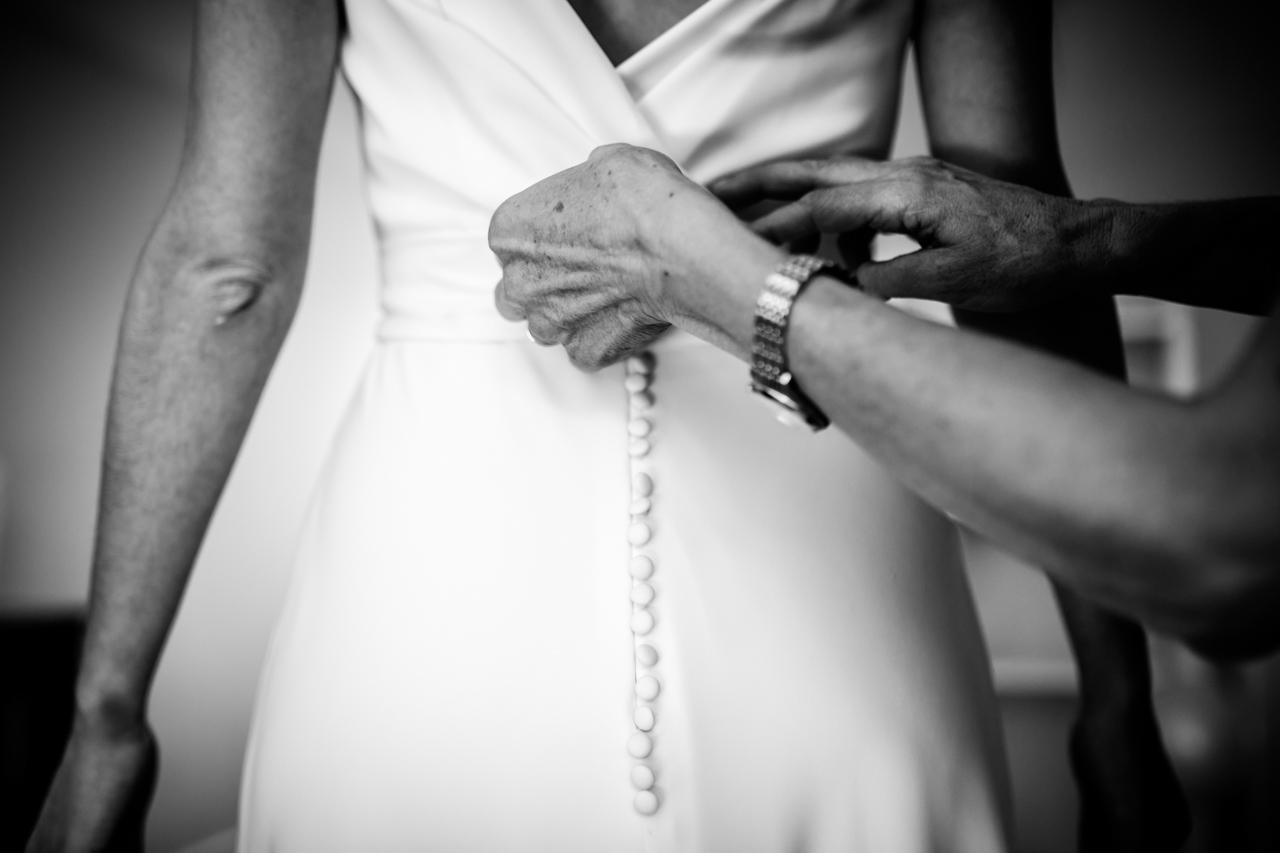la madre atando el vestido a la novia en una boda en soria
