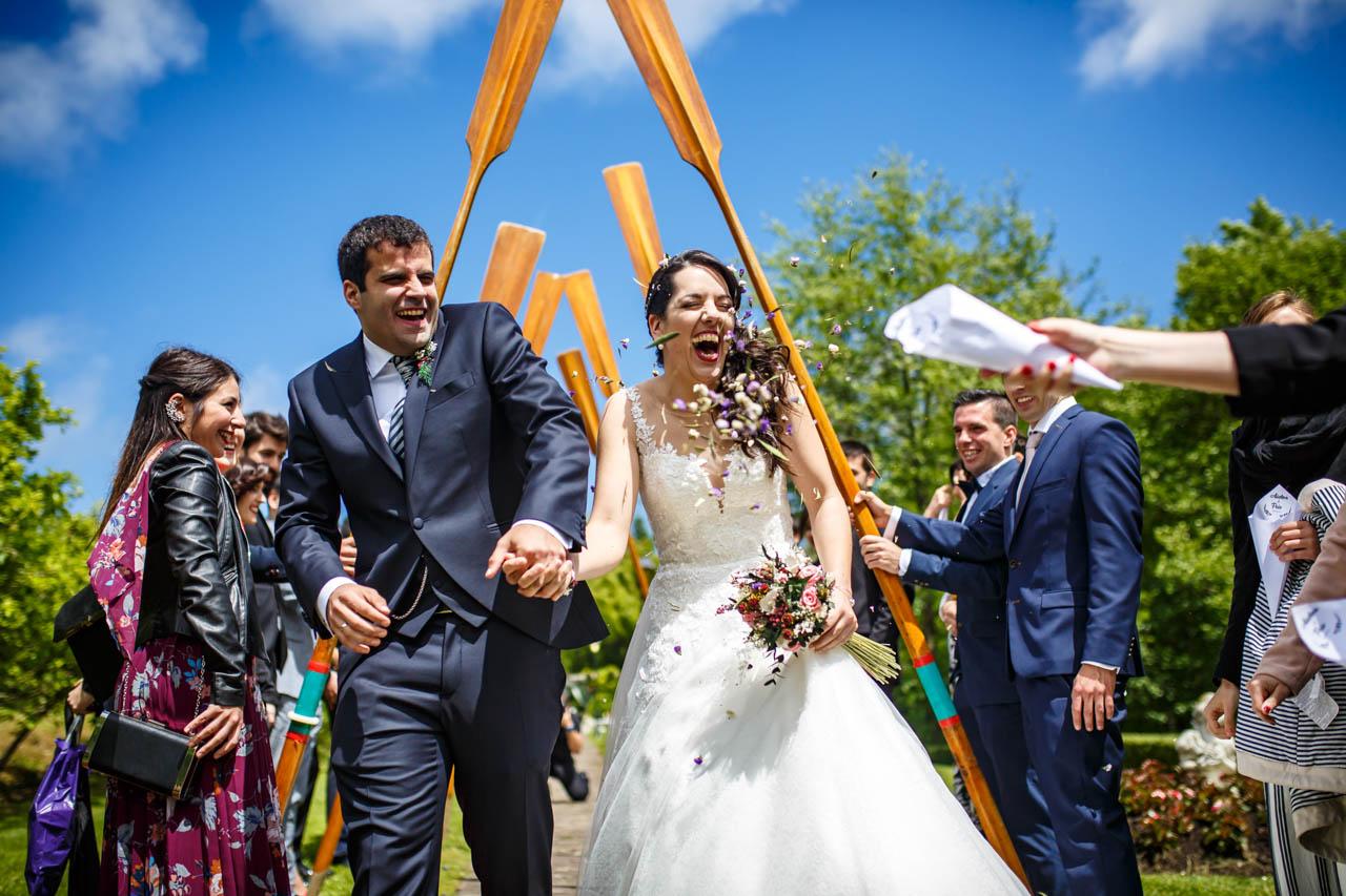 los novios cruzando un arco hecho con remos en una boda en bekoerrota
