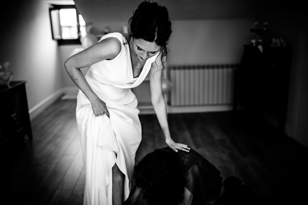 la novia ultimando detalles de los preparativos en una boda en soria