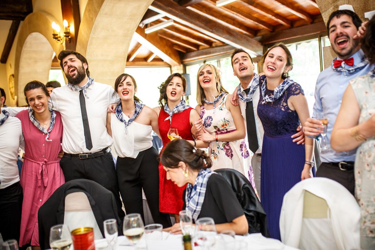 los amigos del novio cantando en una boda en bekoerrota
