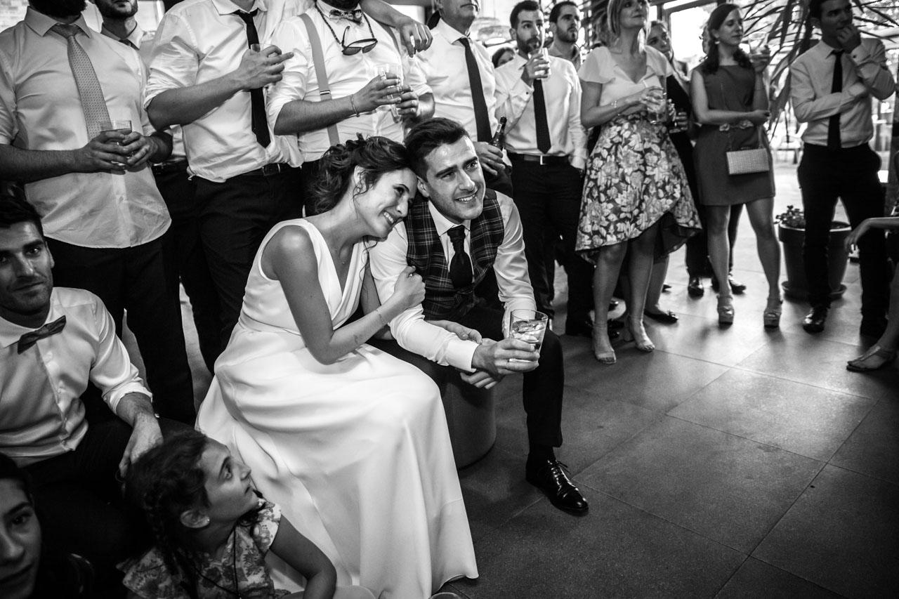 los novios emocionados viendo un vídeo de los amigos en una boda en soria