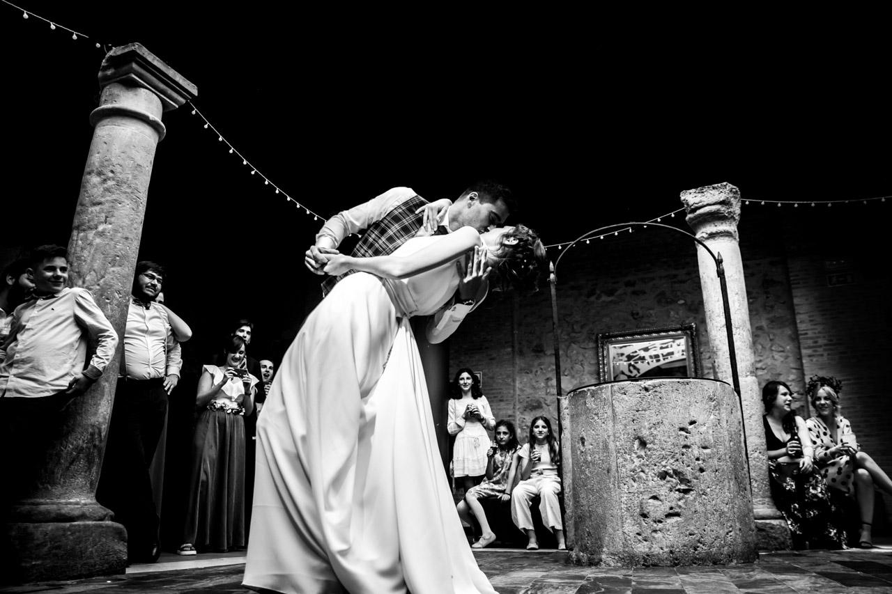 los novios bailan mientras los invitados observan en una boda en soria
