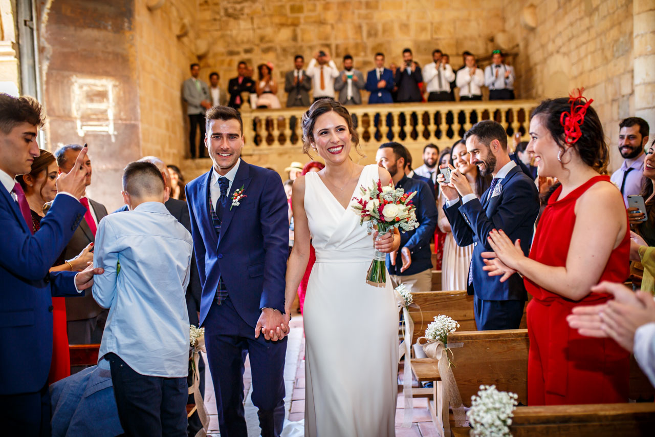 entrada de los novios en la iglesia en una boda en soria