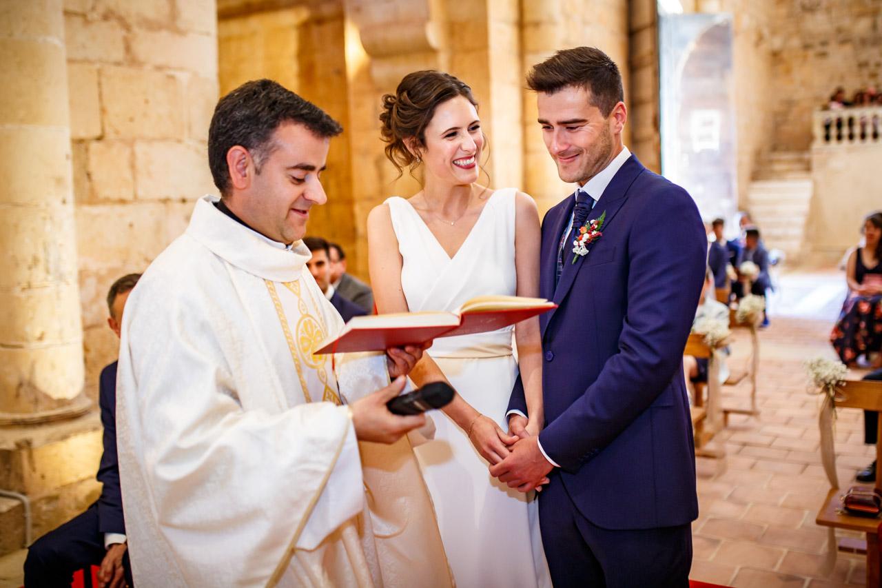 los novios sonríen en la ceremonia en una boda en soria