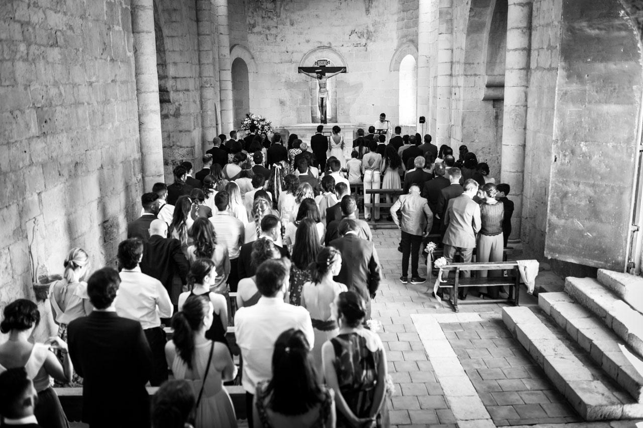vista general de la iglesia con los invitados y los novios en una boda en soria
