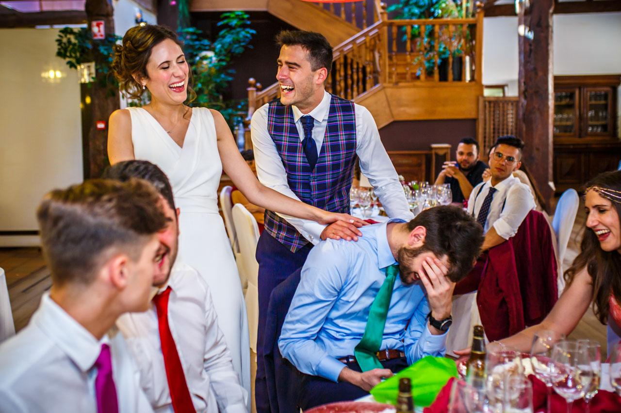los novios entregan un regalo al hermano de la novia en una boda en soria