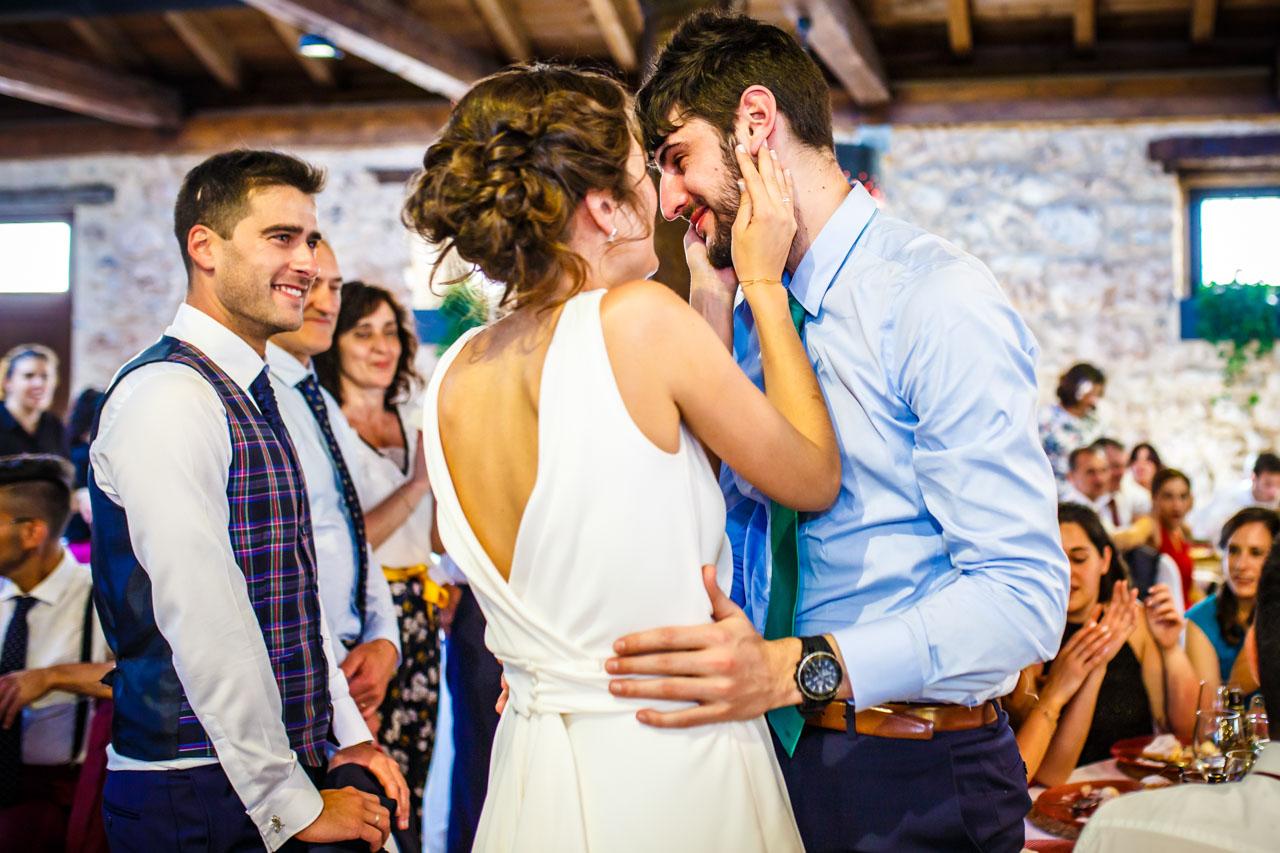 la novia se emociona al dar un regalo a su hermano en una boda en soria
