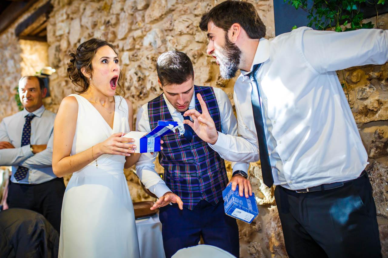reacción de la novia al recibir el regalo de los amigos del novio en una boda en soria