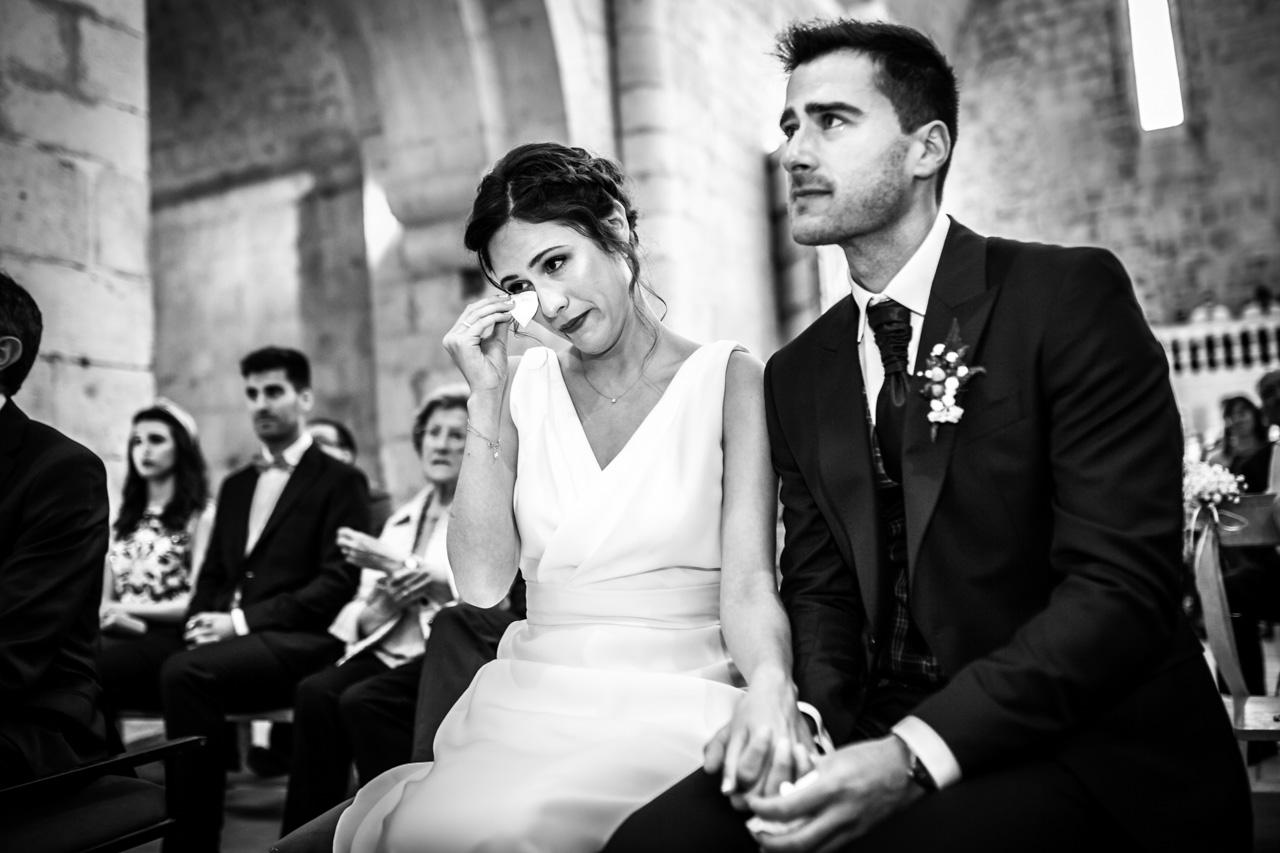 los novios emocionados mientras los amigos leen en la ceremonia en una boda en soria