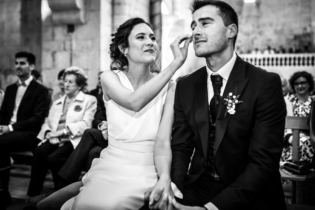 la novia seca las lagrimas del novio en una boda en soria