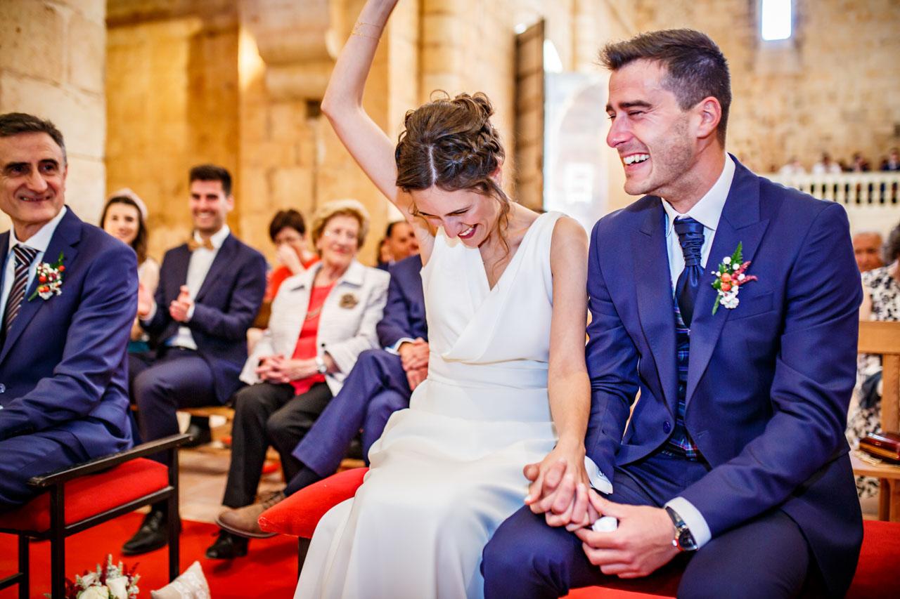 los novios y los invitados se ríen mientras un amigo lee algo sobre ellos en una boda en soria