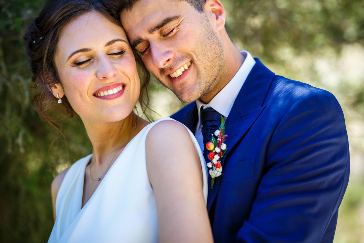 los novios disfrutan de un momento a solas en una boda en soria
