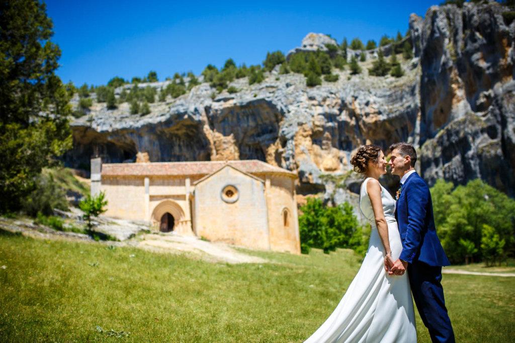 los novios con la iglesia del cañón de rió lobos de fondo en una boda en soria