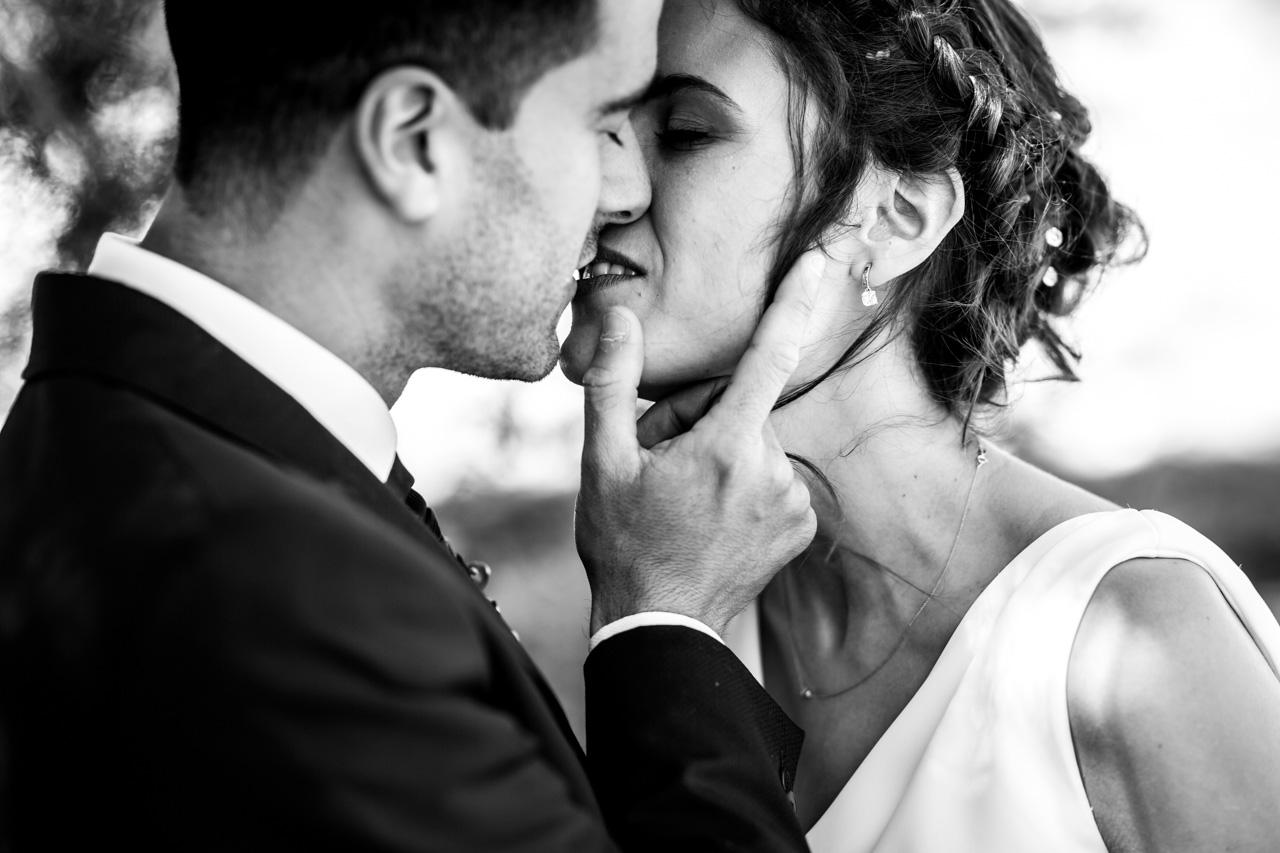 los novios se besan durante el reportaje en una boda en soria