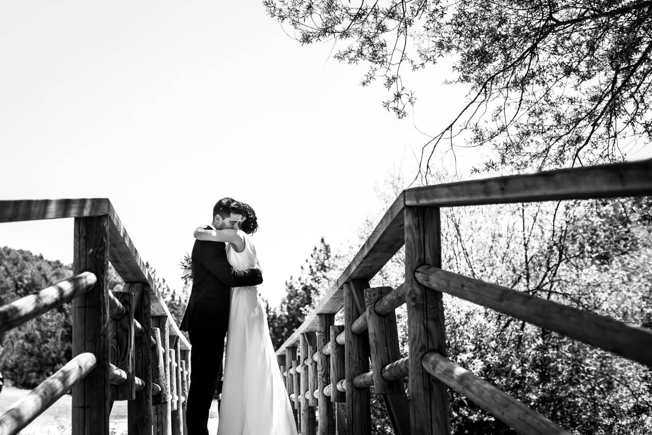los novios se abrazan durante el reportaje en una boda en soria