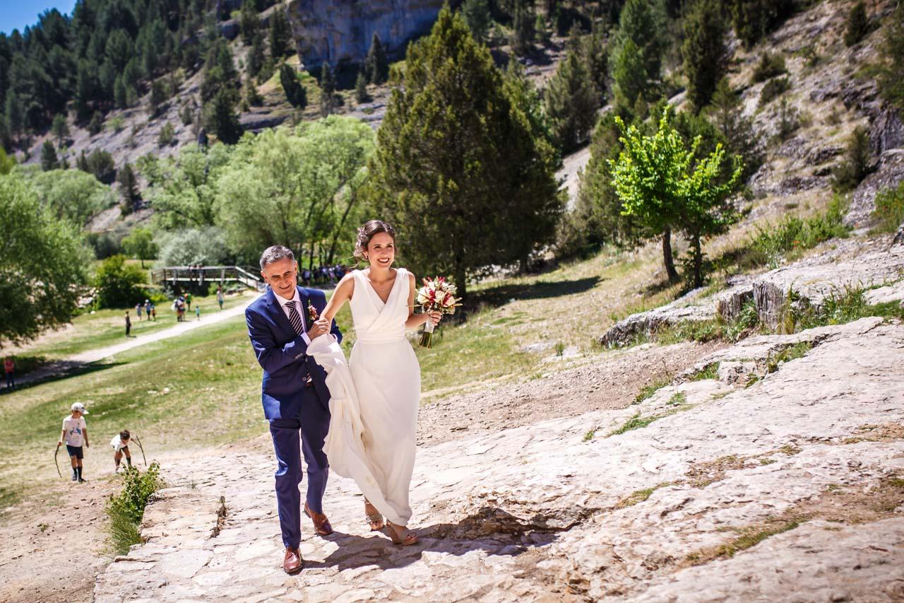 la novia llegando a la iglesia con su padre en una boda en soria