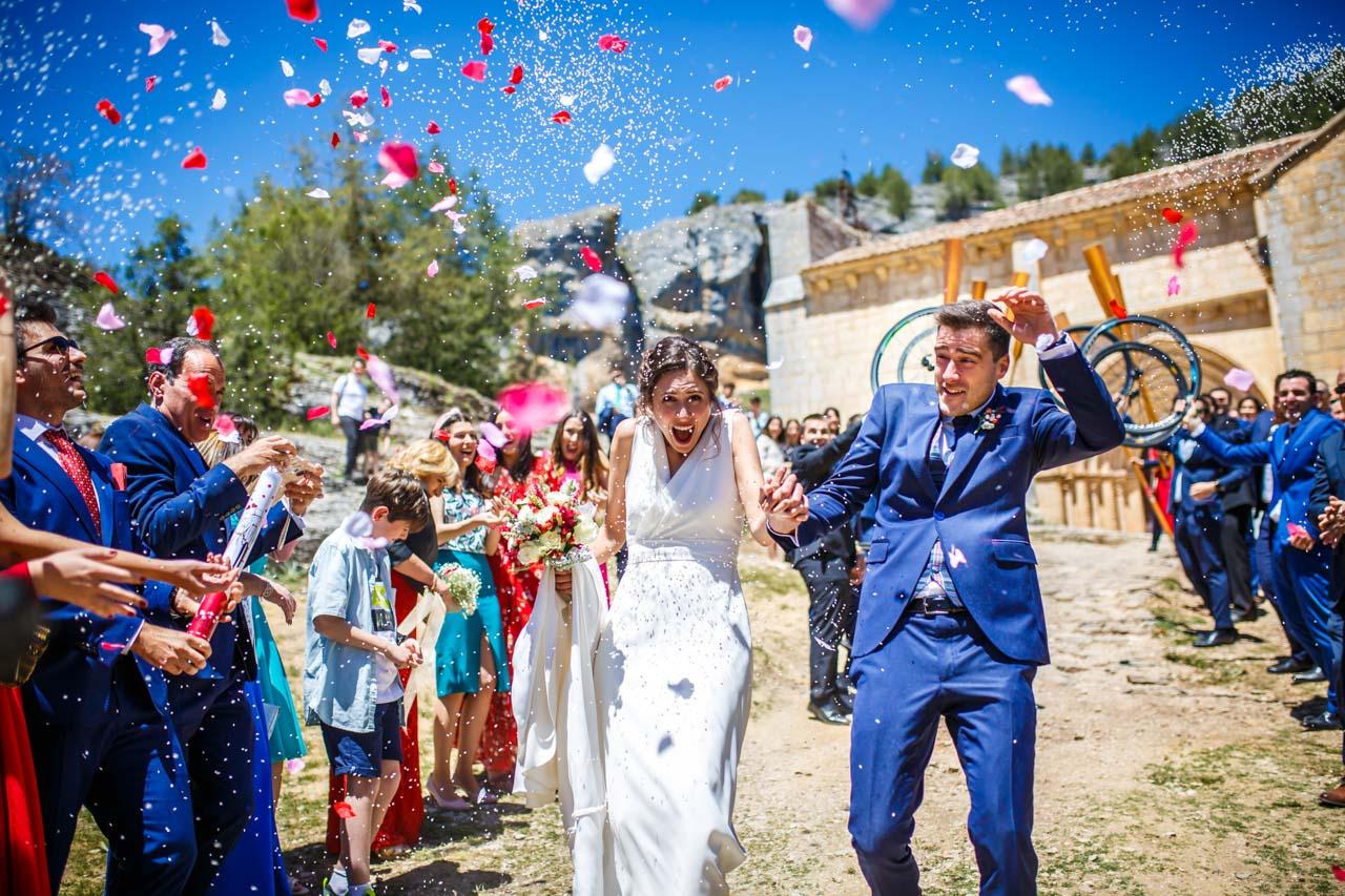 salida de la iglesia de los novios en una boda en soria