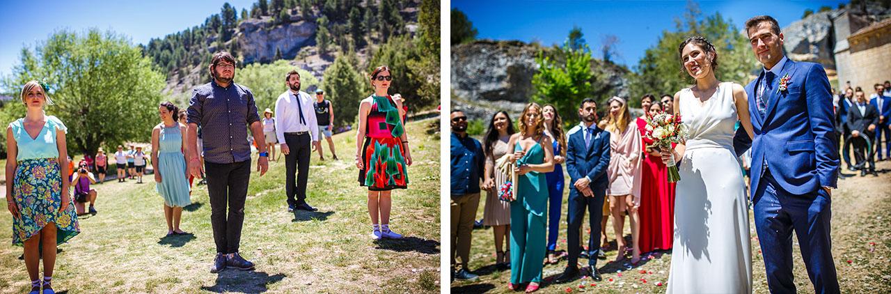 los amigos del novio bailan a la pareja al salir de la iglesia en una boda en soria