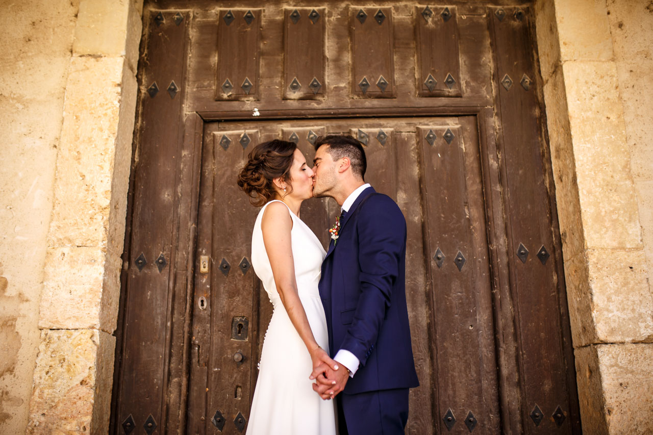 los novios se besan en el reportaje en una boda en soria