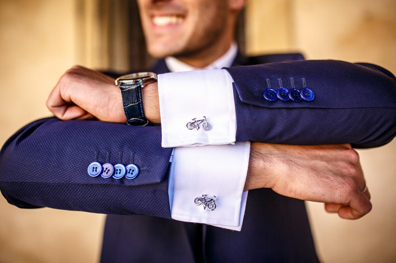 el novio luce los gemelos con orgullo en una boda en soria