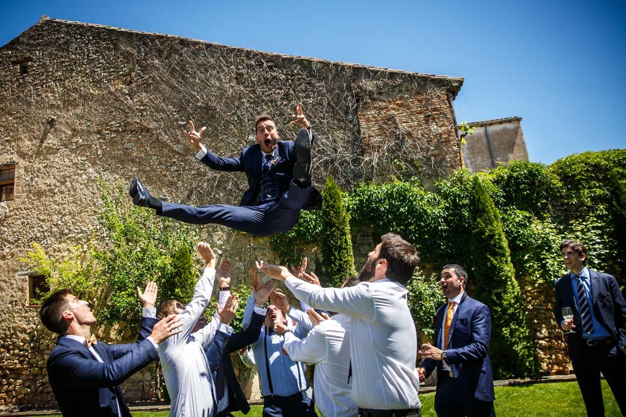 los amigos mantean al novio en una boda en soria