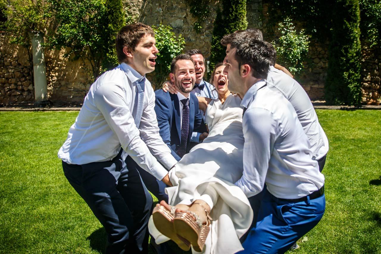 los amigos del novio mantean a la novia en una boda en soria