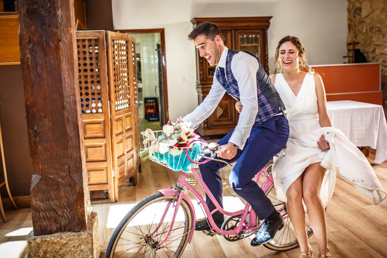los novios entran al restaurante en bici en una boda en soria