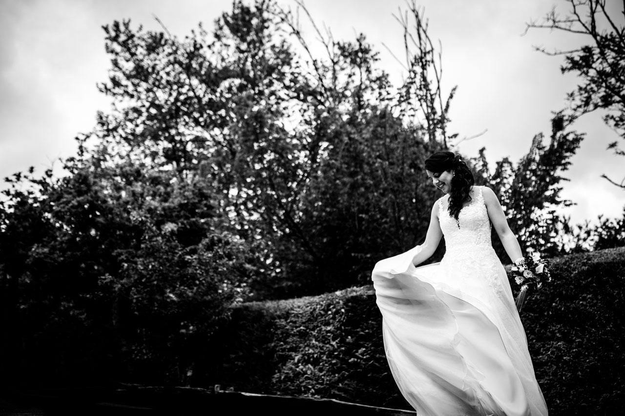 la novia juega con su falda en el reportaje en una boda en bekoerrota