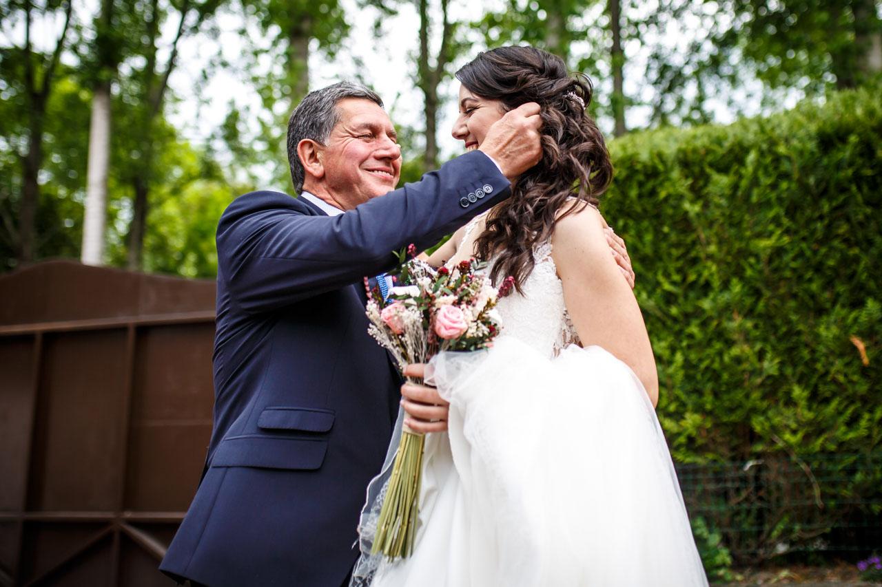 el padre emocionado acaricia a la novia en una boda en bekoerrota