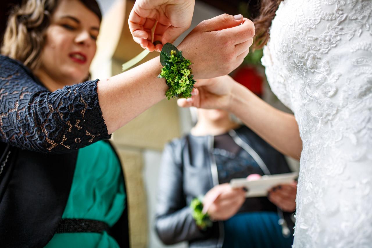 la novia atando una pulsera a su hermana en una boda en bekoerrota