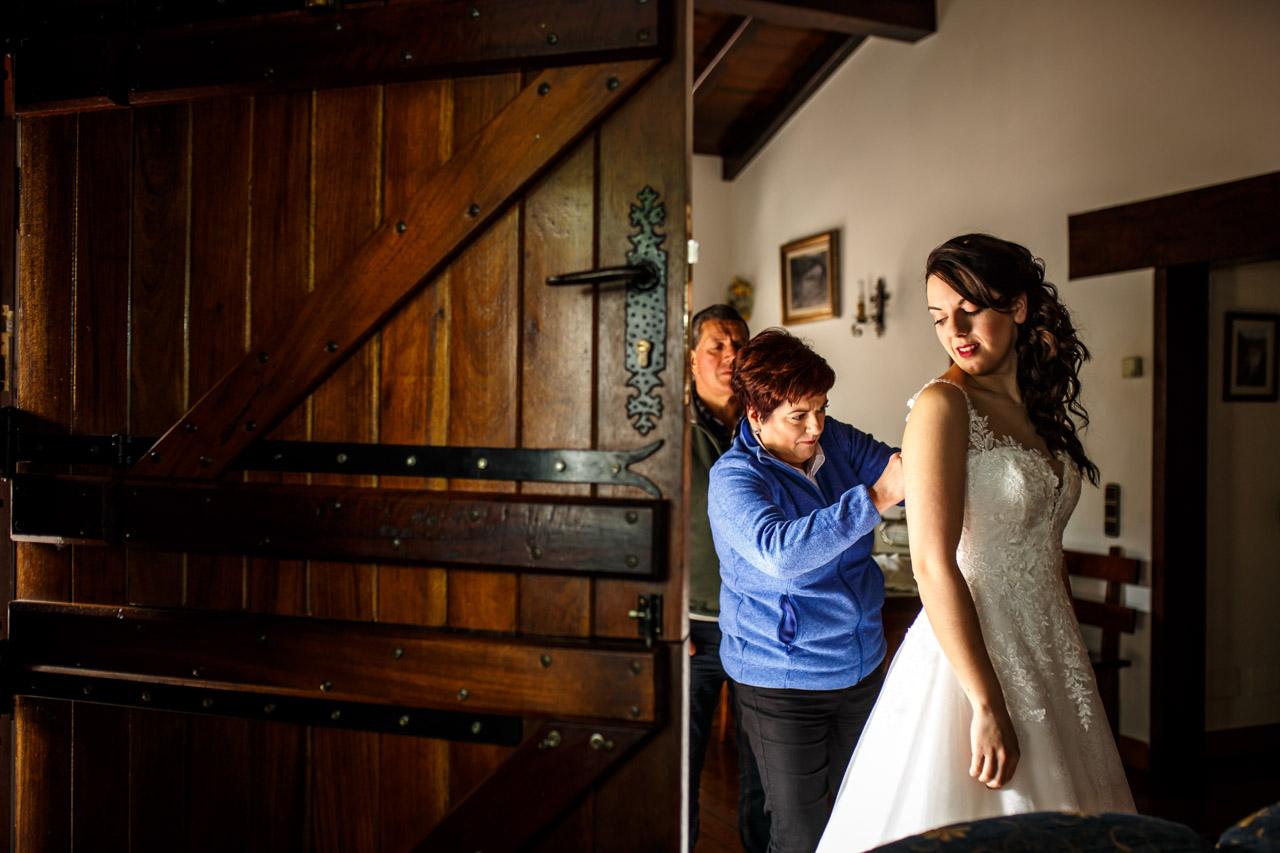 la madre de la novia le ata el vestido a la novia en una boda en bekoerrota