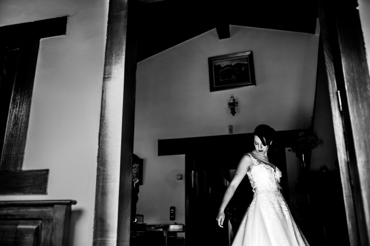 la novia se coloca bien el vestido mientras se viste en una boda en bekoerrota